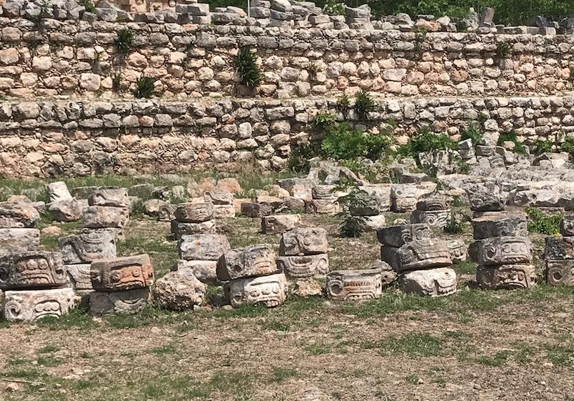 メキシコ カバー遺跡 「コズ・ポープ」前には、 修復中 チャック神のパーツが並んで