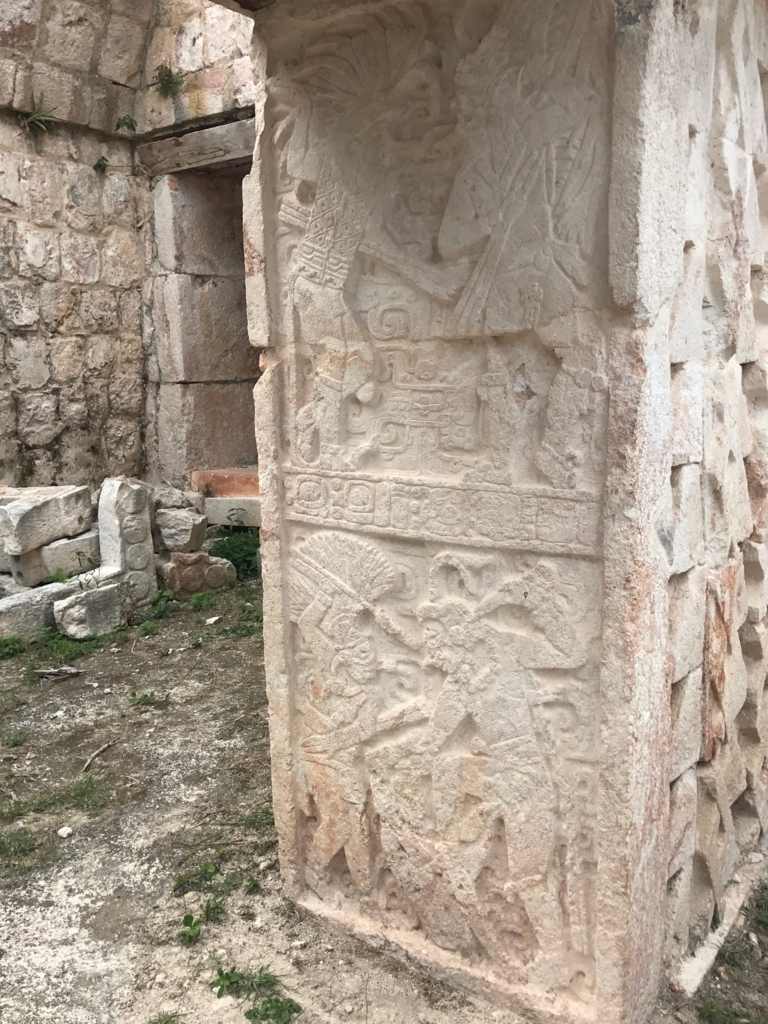 メキシコ カバー遺跡 「コズ・ポープ」裏側 入り口 柱