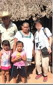 メキシコ サンタ・エレーナ村 マヤ人末裔の方の家 記念撮影