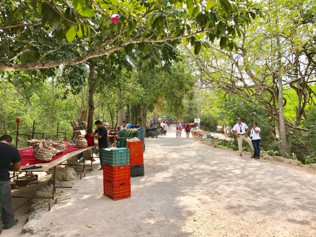 メキシコ チチェン・イッツァ遺跡 入り口付近 11:00 SHOP準備中
