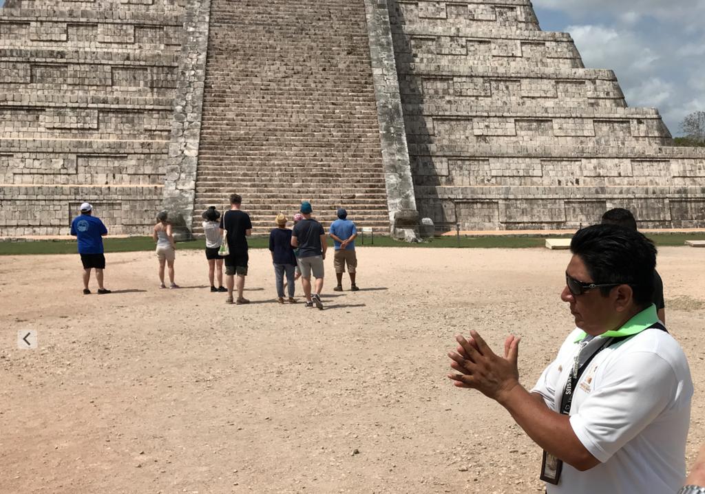 メキシコ チチェン・イッツァ遺跡 ククルカンのピラミッド 北面の前で、力強く拍手一回