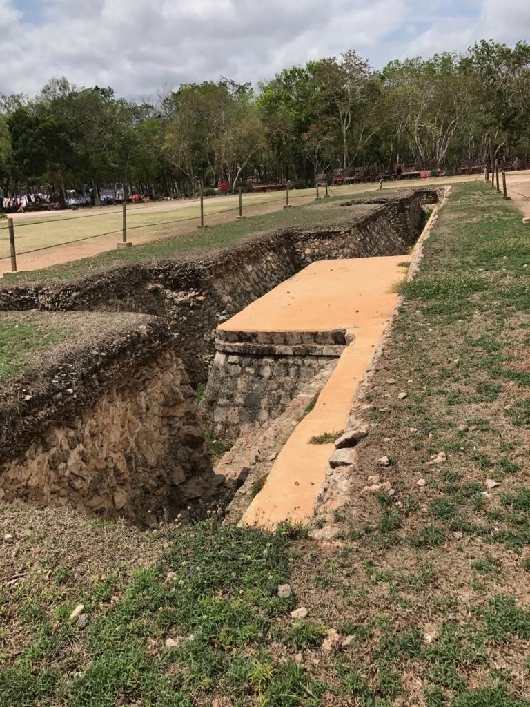 メキシコ チチェン・イッツァ遺跡 ククルカンのピラミッド 東面 側の地面 発掘中