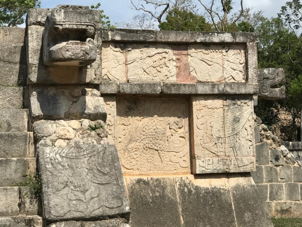 メキシコ チチェン・イッツァ遺跡 金星の台座 ジャガーと鷹のレリーフ