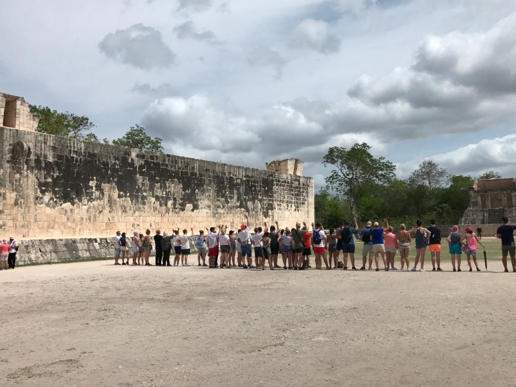 メキシコ チチェン・イッツァ遺跡 球技場 1列に並んだ団体さん 反響音確認かな