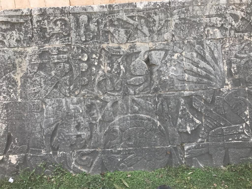 メキシコ チチェン・イッツァ遺跡 球技場 名誉の生贄のレリーフ