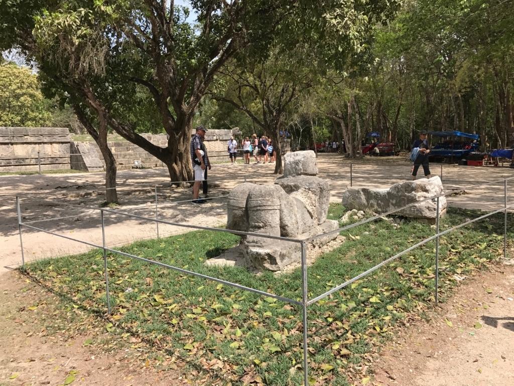 メキシコ チチェン・イッツァ遺跡 チャックモール 脚側から