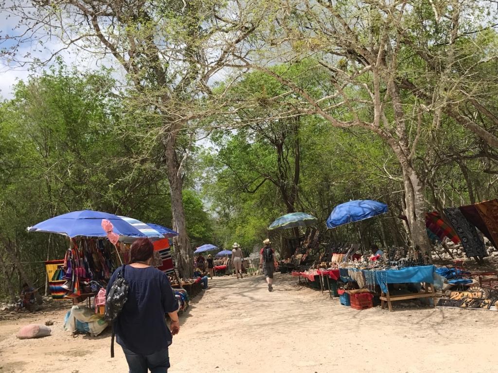 メキシコ チチェン・イッツァ遺跡 旧チチェン・イッツァ時代の遺跡へ 両脇はお土産屋さん