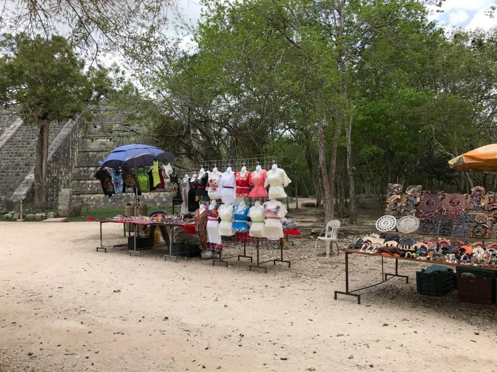 メキシコ チチェン・イッツァ遺跡 旧チチェン・イッツァ時代の遺跡へ 遺跡の側にお土産屋さん