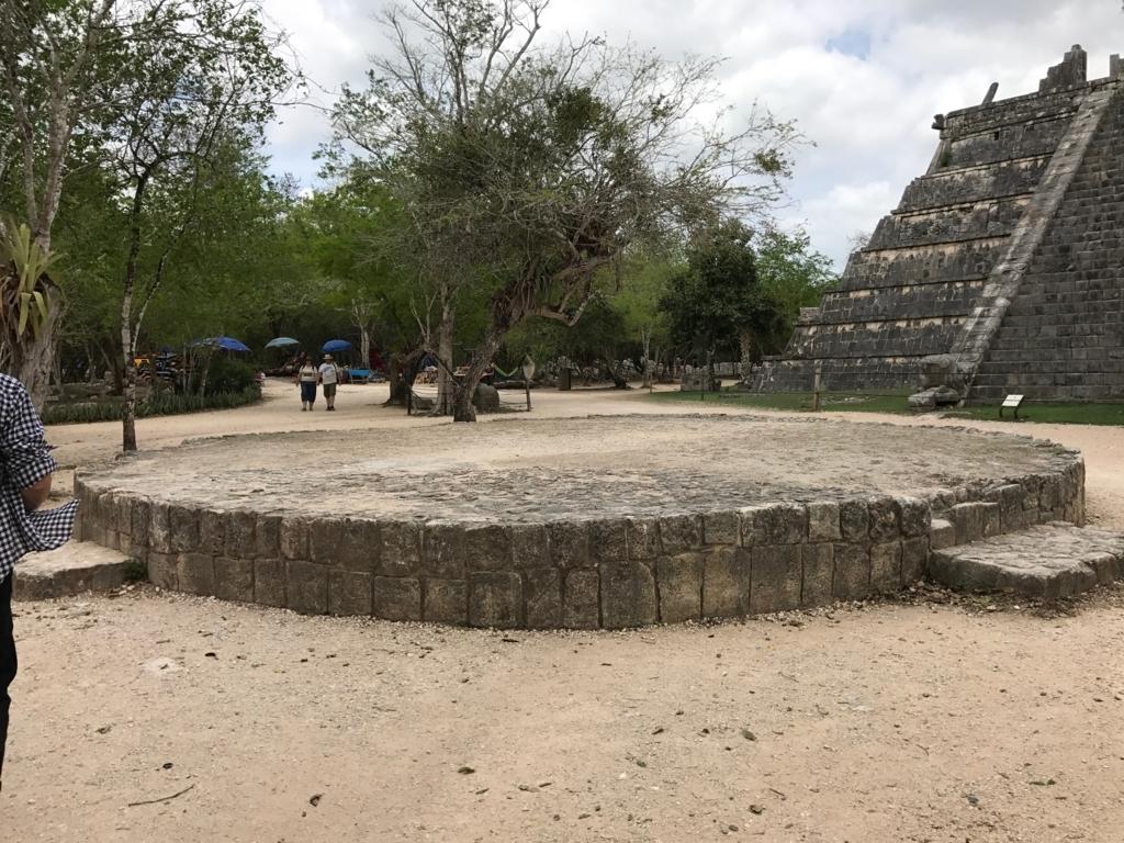 メキシコ チチェン・イッツァ遺跡 雨乞いの踊りのステージ