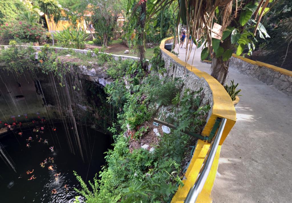 メキシコ 「セノーテ イキル」ここから下がセノーテ
