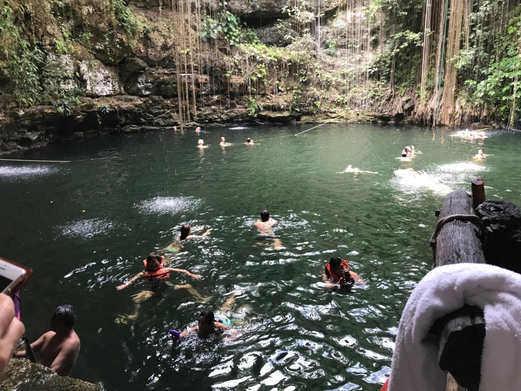 メキシコ 「セノーテ イキル」 気持ち良さげな観光客