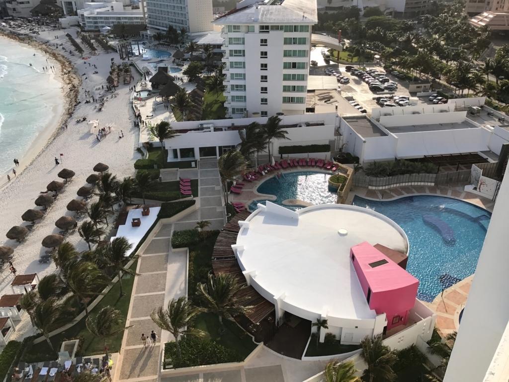 メキシコ、カンクン「クリスタル グランド プンタ カンクン」ホテル 部屋から 2個のプール