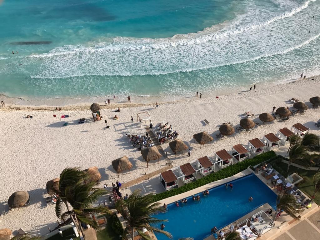 メキシコ、カンクン「クリスタル グランド プンタ カンクン」ホテル 部屋から ビーチ 結婚式
