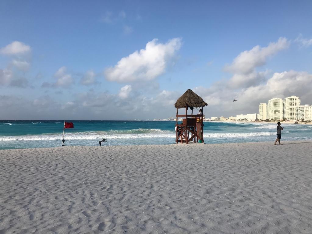 メキシコ、カンクン「クリスタル グランド プンタ カンクン」ホテル 早朝7:30 砂浜