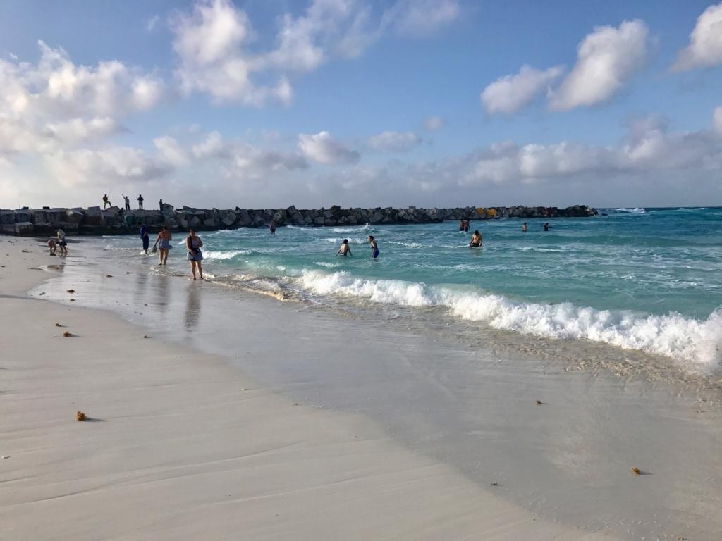 メキシコ、カンクン「クリスタル グランド プンタ カンクン」ホテル 波打ち際