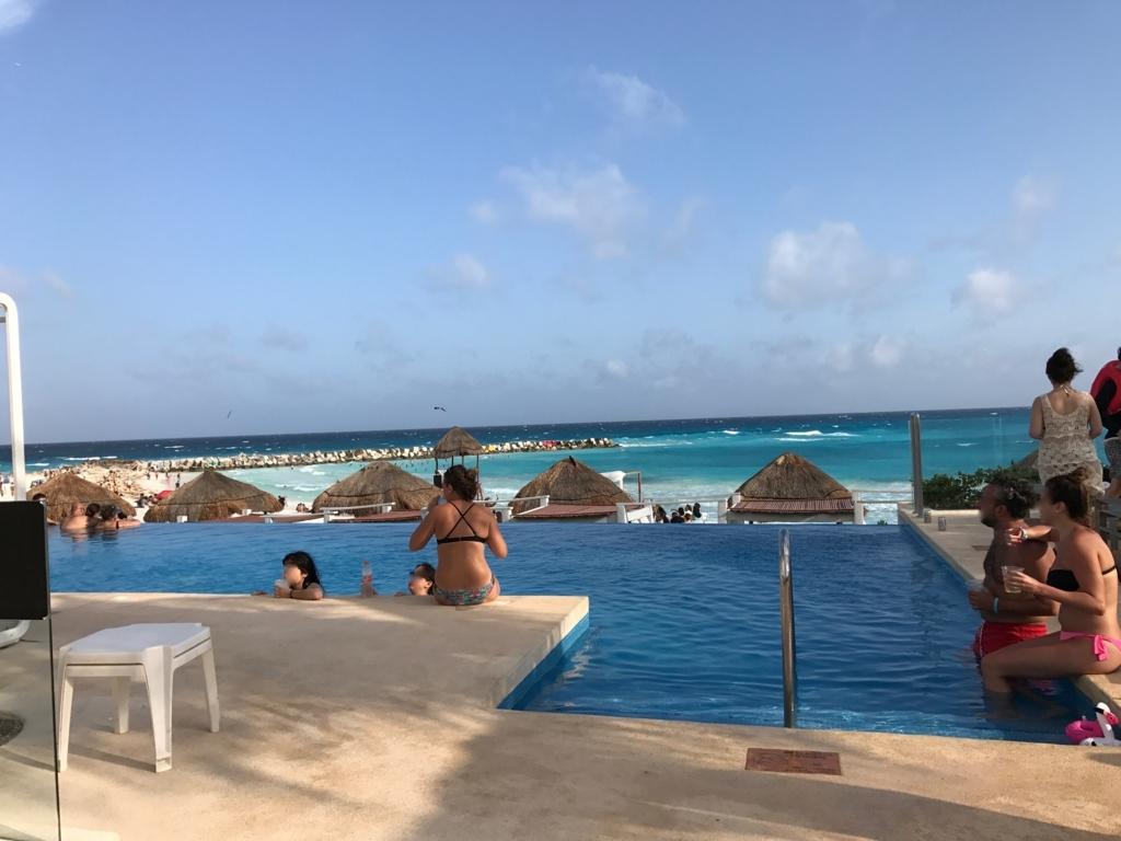 メキシコ、カンクン「クリスタル グランド プンタ カンクン」ホテル ビーチサイドプール