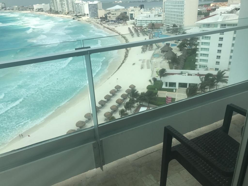 メキシコ、カンクン「クリスタル グランド プンタ カンクン」ホテル ベランダからカリブ海
