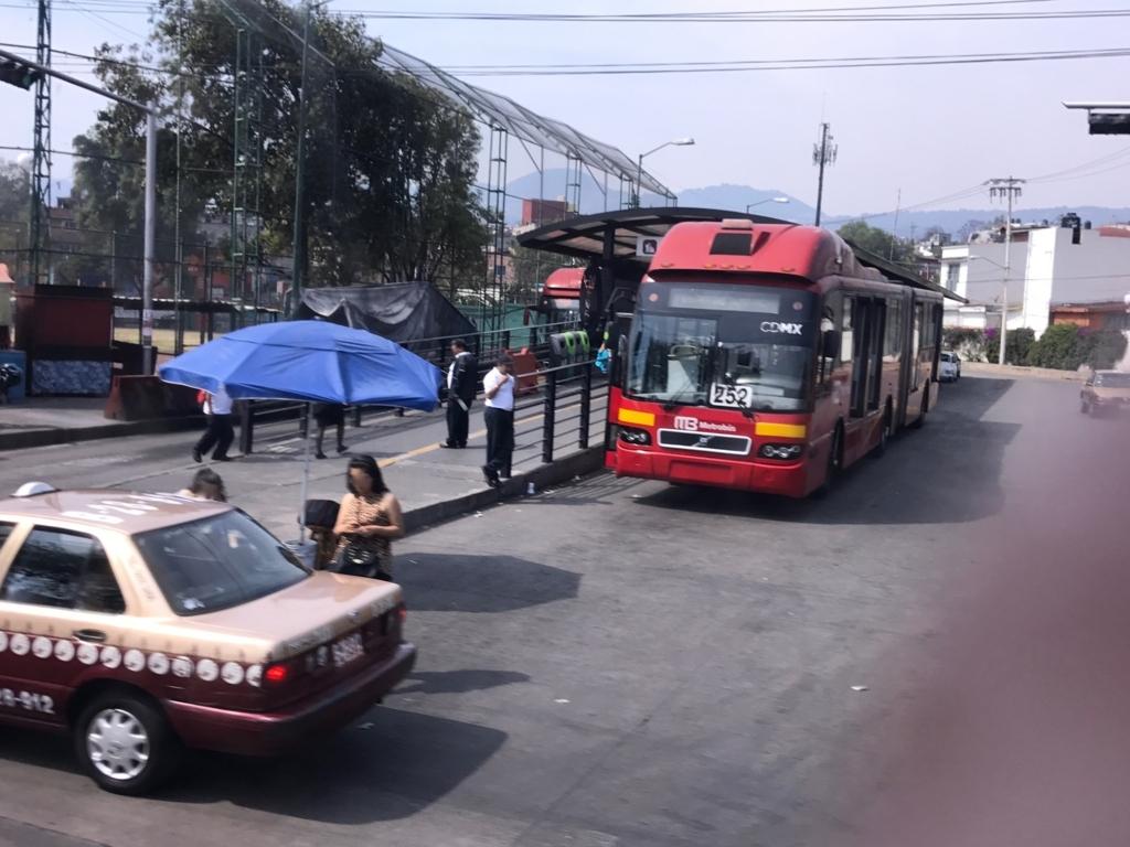 メキシコシティ 国立自治大学 メトロバス停車中