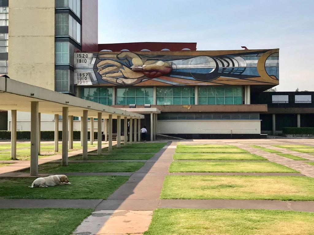 メキシコシティ 国立自治大学 壁画「手と鉛筆」