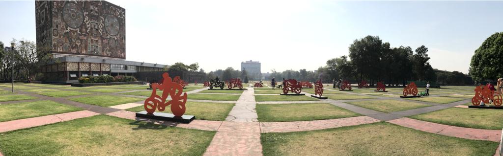 メキシコシティ 国立自治大学 広い敷地とオブジェ