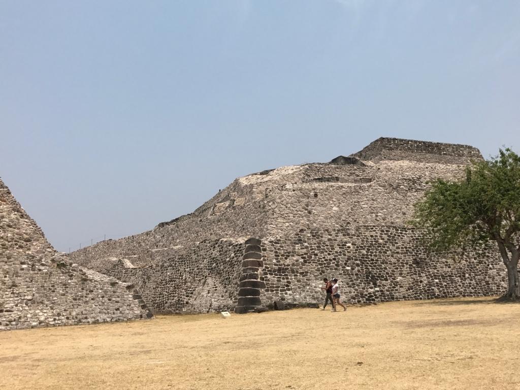 メキシコ ソチカルコ遺跡 大ピラミッド 横から撮影