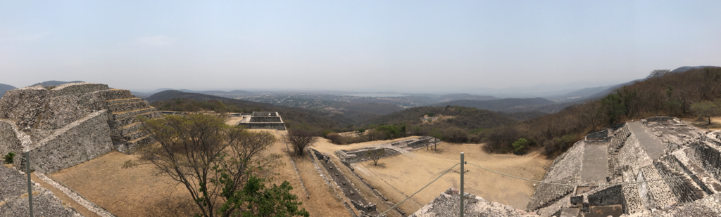 メキシコ 丘の上の ソチカルコ遺跡 からの眺望