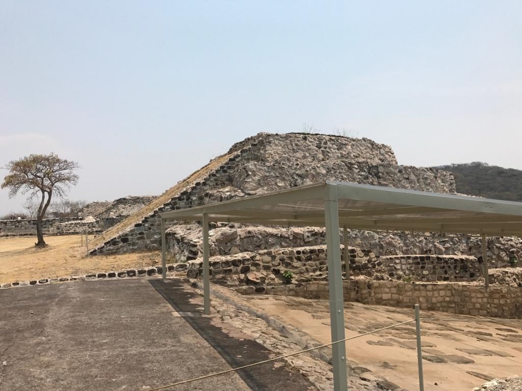 メキシコ ソチカルコ遺跡 動物タイルの道 ここだけ屋根がある