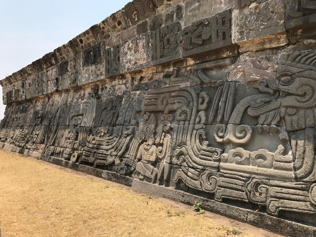 メキシコ ソチカルコ遺跡 ケツァルコアトル神殿 側面レリーフ