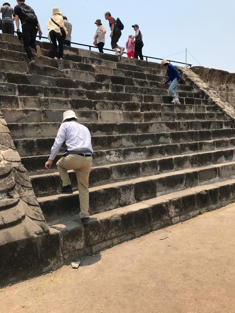 メキシコ ソチカルコ遺跡 ケツァルコアトル神殿 階段