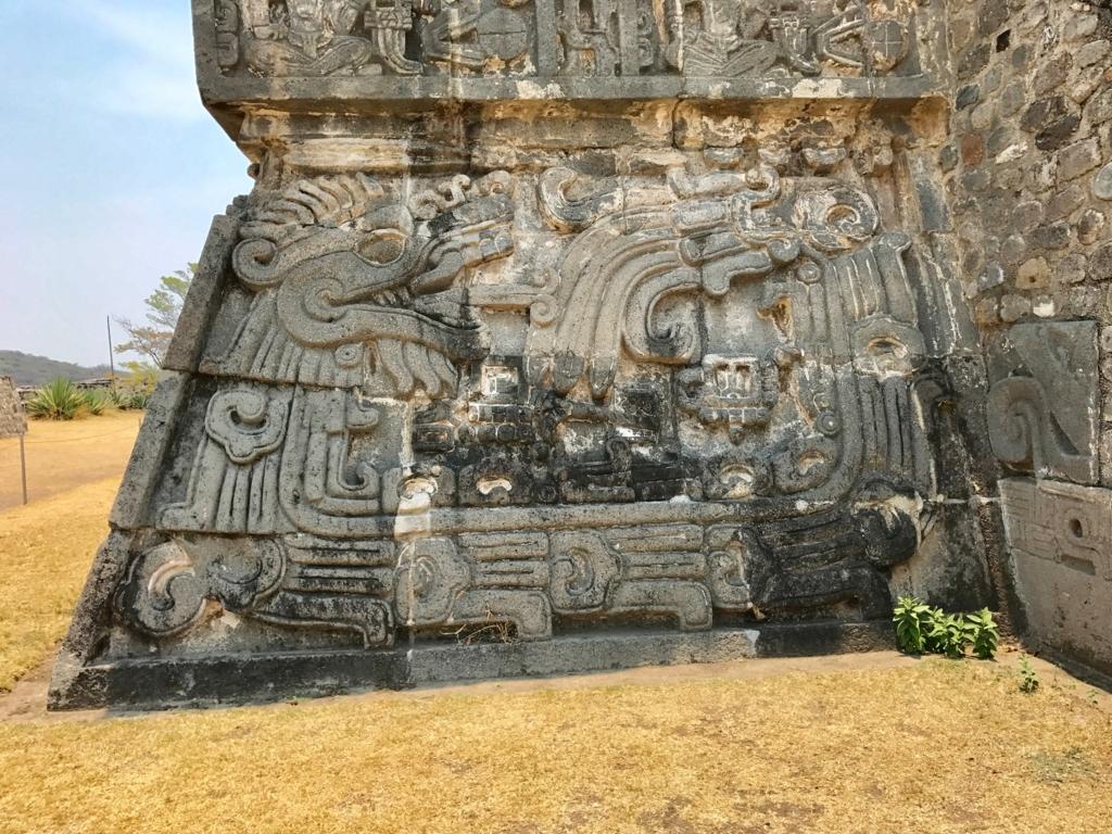 メキシコ ソチカルコ遺跡 ケツァルコアトル神殿 正面レリーフ