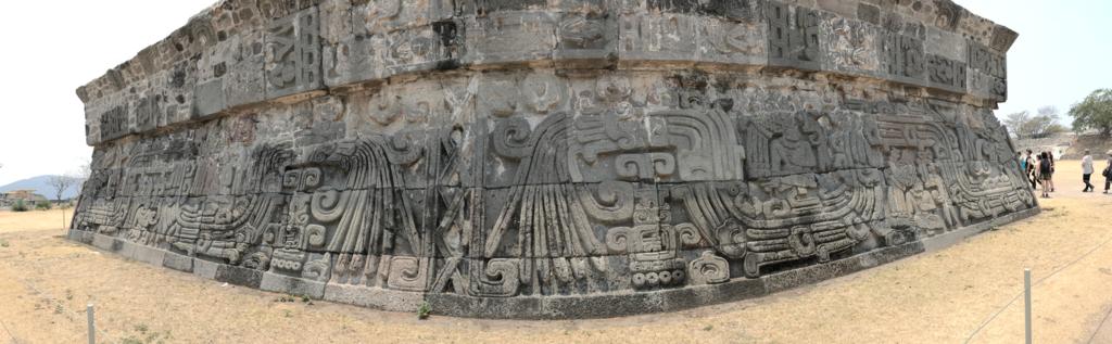 メキシコ ソチカルコ遺跡 ケツァルコアトル神殿 側面レリーフ パノラマ