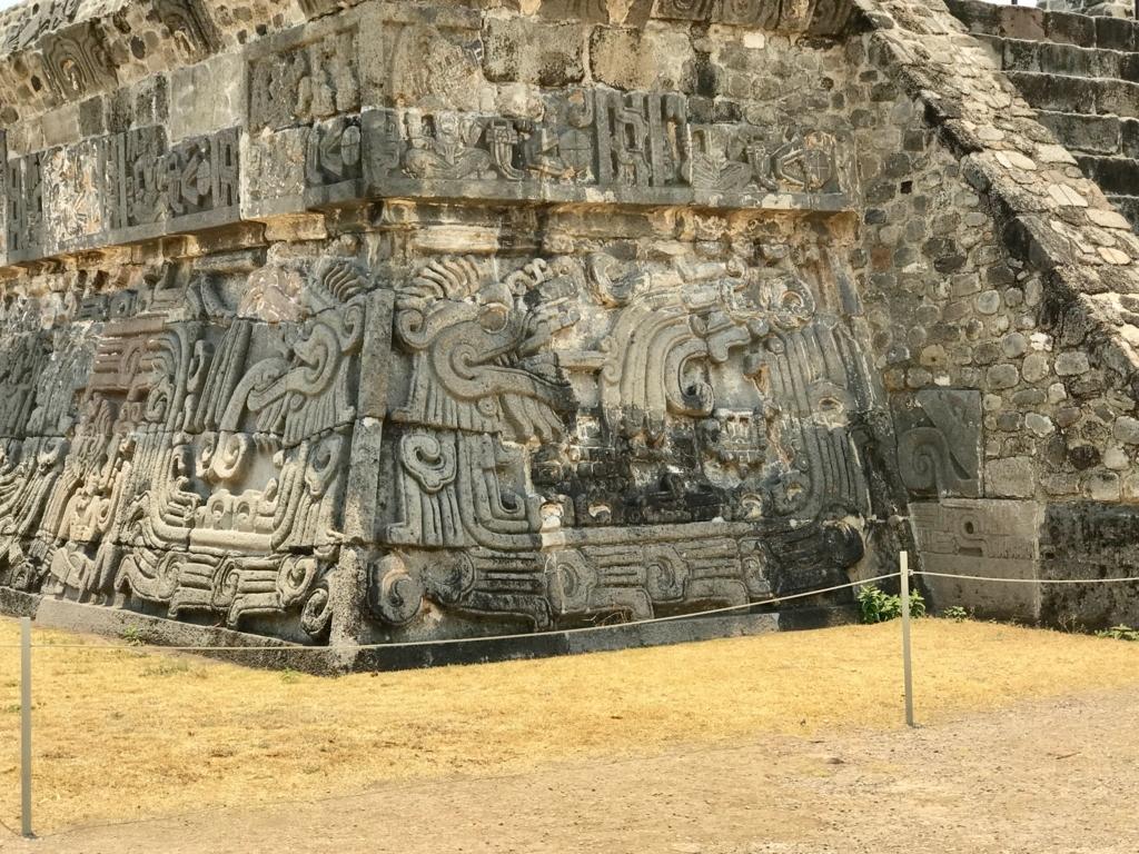 メキシコ ソチカルコ遺跡 ケツァルコアトル神殿 レリーフ