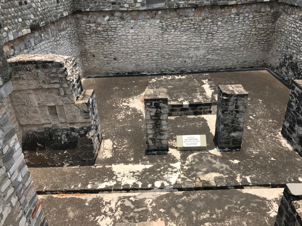 メキシコ ソチカルコ遺跡 ケツァルコアトル神殿 内部