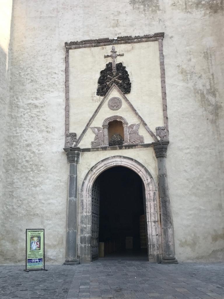 メキシコ クエルナバカ大聖堂 建物入り口 海賊旗のようなシンボル