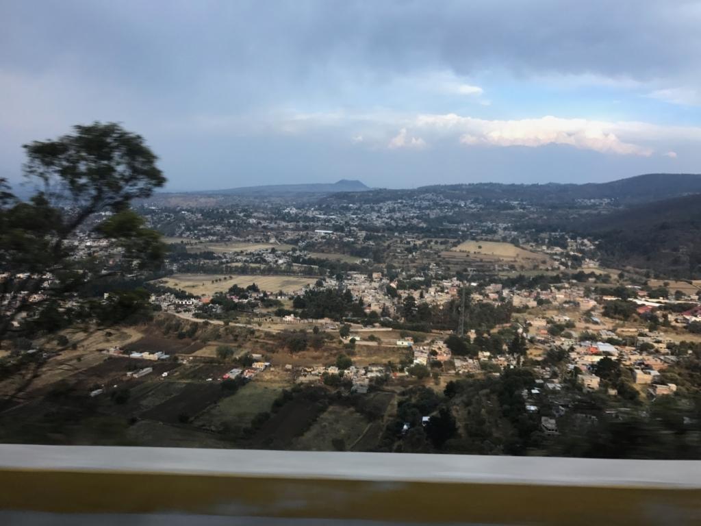 メキシコ クエルナバカから国際空港へ 950号戦 車窓の風景