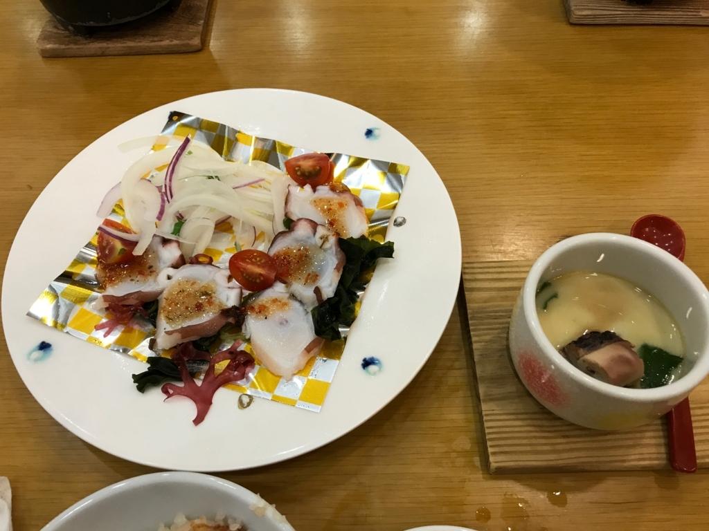 「休暇村 大久野島」タコ会席 洋皿:蛸のカルパッチョ、温物:蛸の茶碗蒸し