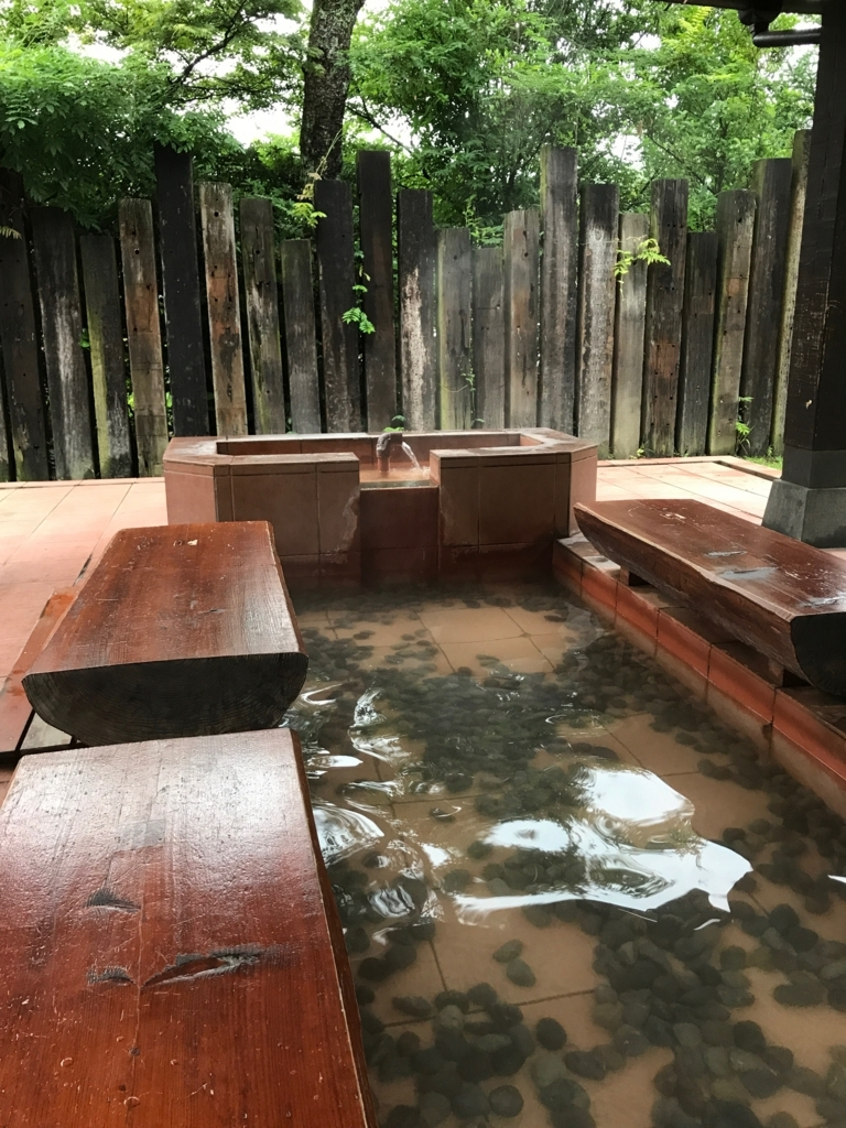 別府温泉「地獄めぐり」血の池地獄 足湯 お湯