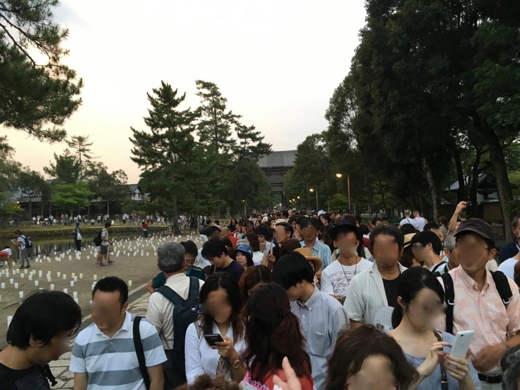 奈良県東大寺「大仏殿夜間参拝」開門前15分の行列