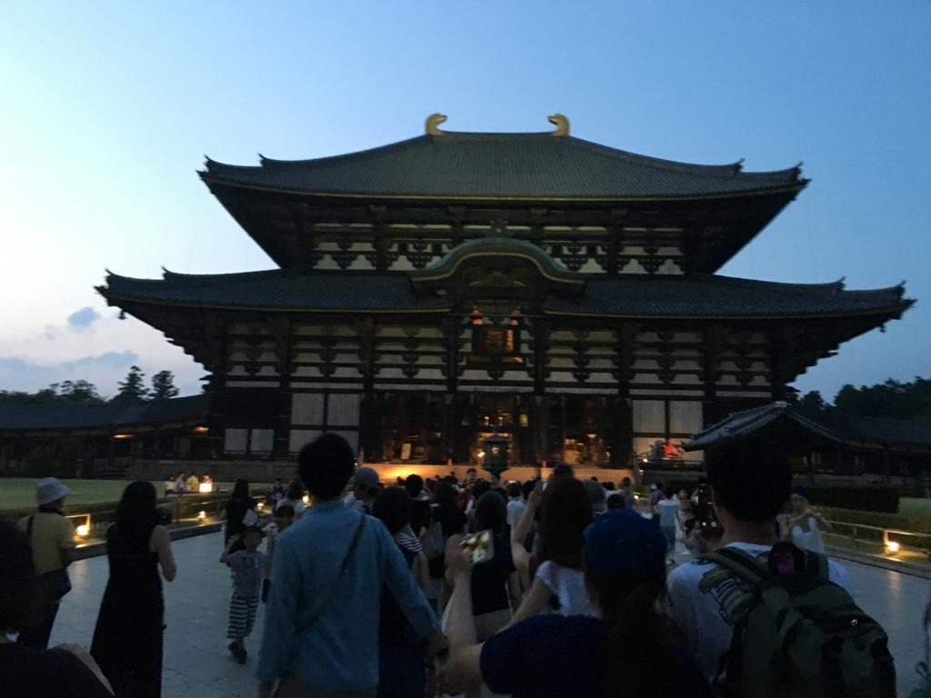 奈良県東大寺「大仏殿夜間参拝」開門 大仏殿へ