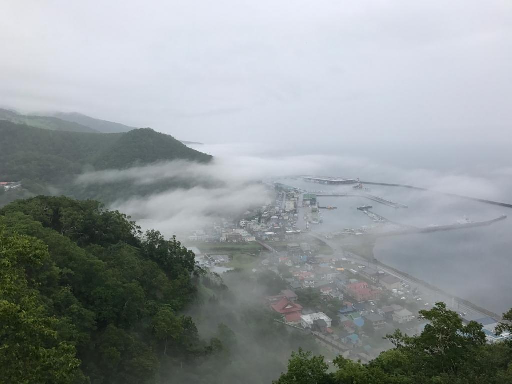 北海道 羅臼 国後展望塔屋上より 靄が引いてきた 羅臼漁港