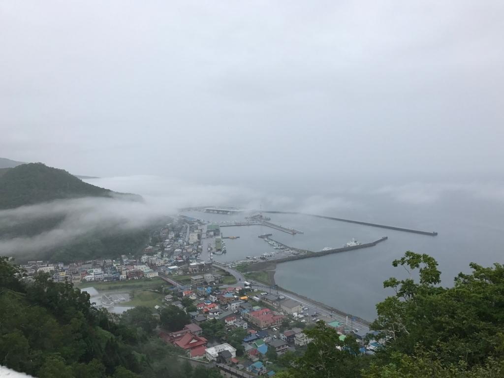 北海道 羅臼 国後展望塔屋上より 靄が引いた 羅臼漁港