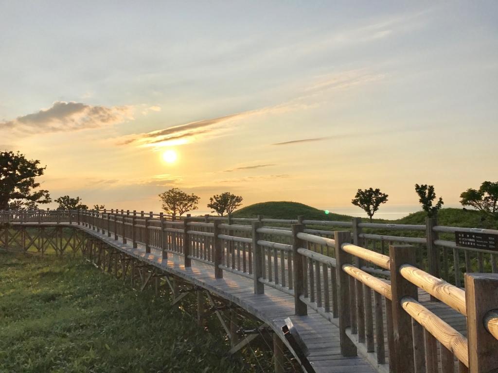 北海道 知床五湖 高架木道 夕方 オホーツク海に沈む夕日