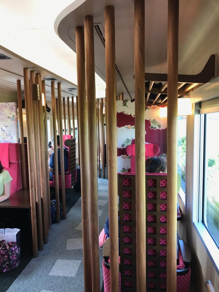 「花嫁のれん1号」1号車 半個室形式の車内