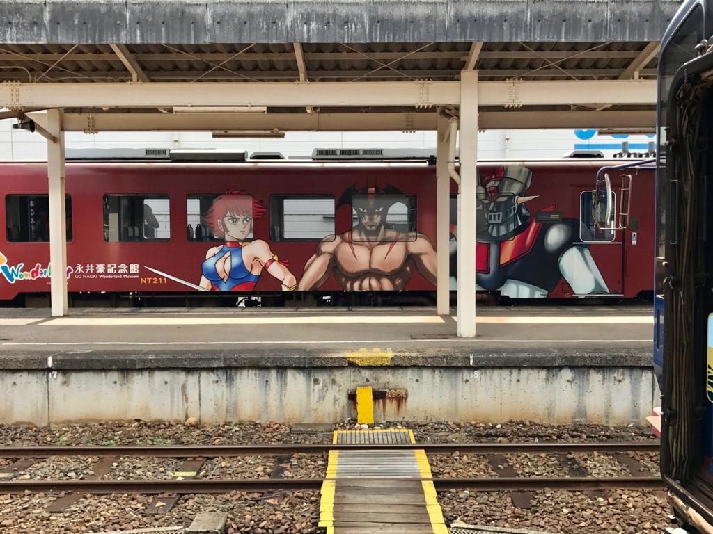のと鉄道 穴水駅 ホーム 永井豪キャラクターラッピング列車