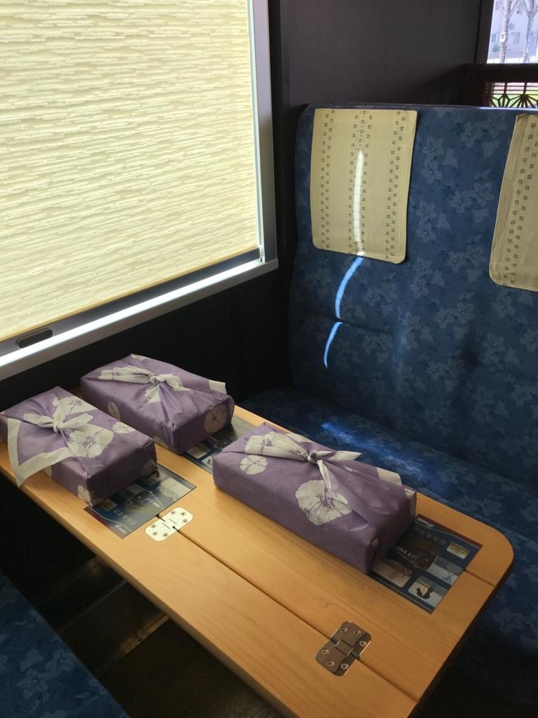 のと鉄道「のと里山里海3号」BOXシート テーブル