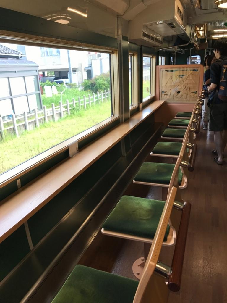 JR氷見線 観光列車「べるもんた4号」車内 海側横向き席