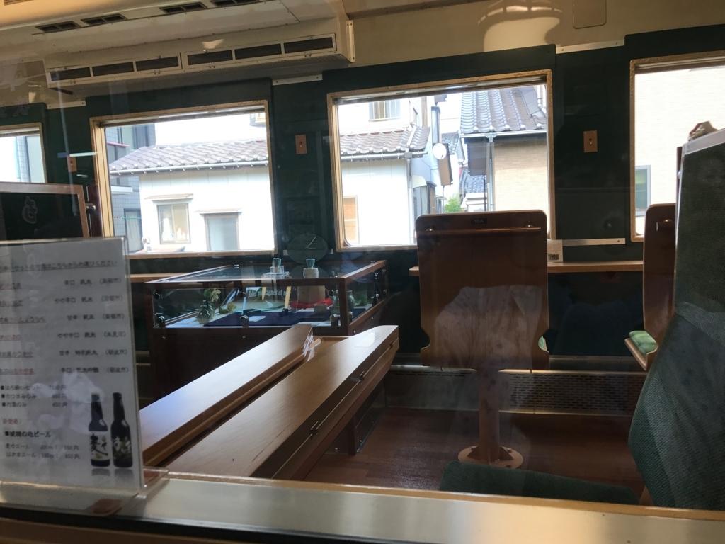 JR氷見線 観光列車「べるもんた4号」車内 BOX席 折りたためるテーブル