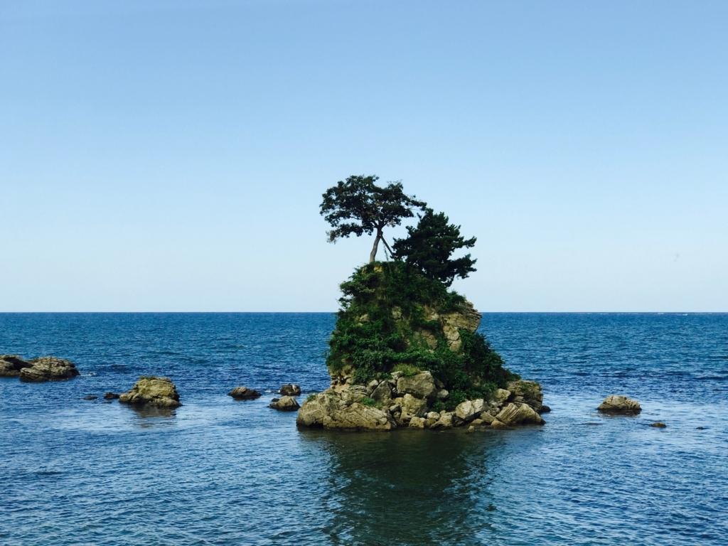 JR氷見線 観光列車「べるもんた4号」乗車中 雨晴駅付近 ビューポイント 女岩?