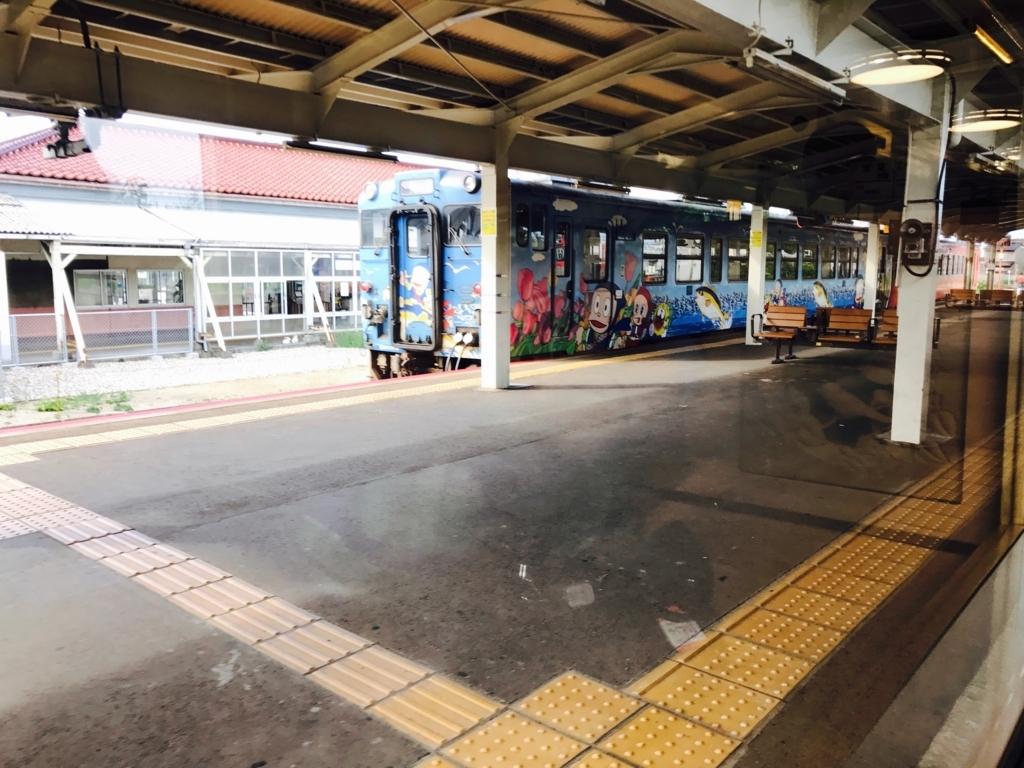 JR氷見線 伏木駅 忍者ハットリくんのラッピング電車 発車