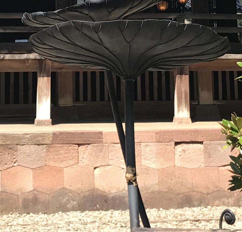 金沢「尾山神社」 本殿横 鉄のオブジェ 「金のかえる」